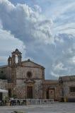 O quadrado e a igreja de Marzamemi Fotografia de Stock Royalty Free
