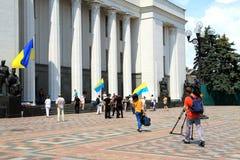 O quadrado na frente do Verkhovna Rada, o parlamento de Ucrânia fotografia de stock
