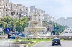 O quadrado Piata Unirii com lojas, carros do tráfego, povos Bucareste, Romania fotos de stock