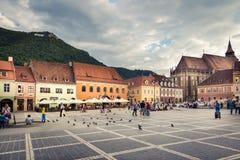 O quadrado principal da cidade medieval de Brasov, Romênia 10 de outubro de 2015 Fotos de Stock