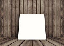 O quadro branco vazio do cartaz pôs sobre a sala interior de madeira da textura velha do grunge para o produto atual, o assoalho  Foto de Stock