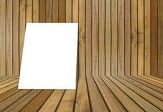O quadro branco vazio do cartaz pôs sobre a sala interior de madeira da textura velha do grunge para o produto atual, o assoalho  Imagem de Stock Royalty Free