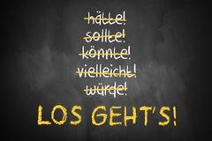 O quadro com palavras afagadas como poderia e deve e ` deixou o ` s ir ` no alemão Fotografia de Stock