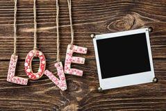 O quadro da foto e a palavra amam para o feriado do Valentim Foto de Stock Royalty Free