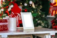 O quadro da foto no Natal decorou o fundo Fotos de Stock Royalty Free
