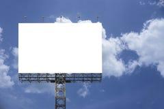 O quadro de avisos grande vazio contra o fundo do céu azul, para sua propaganda, pôs seu próprio texto aqui, branco do isolado a  foto de stock