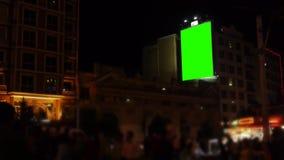 O quadro de avisos vazio na parede/aglomerou a rua/tela da noite/verde vídeos de arquivo