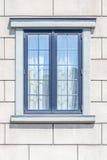 O quadro de janela moderno no fundo branco da parede de tijolo imagens de stock
