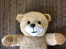 O quadro de mensagens com o urso de peluche bonito fotografia de stock royalty free