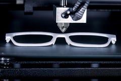 O quadro dos vidros é imprimido com uma impressora 3D foto de stock royalty free