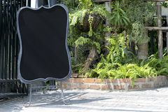 O quadro-negro é ficado situado no restaurante fotos de stock
