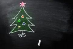 O quadro-negro tirado mão do giz da árvore de Natal da garatuja caçoa o molde colorido estilo da bandeira do cartaz do cartão do  fotografia de stock royalty free