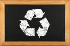 O quadro preto da escola com giz recicla o ícone do logotipo foto de stock royalty free