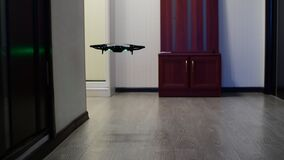 O quadrocopter sobe acima na sala filme