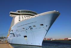 O quantum das caraíbas real o mais novo do navio de cruzeiros dos mares entrou no cabo Liberty Cruise Port antes da viagem inaugu Fotografia de Stock