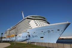 O quantum das caraíbas real o mais novo do navio de cruzeiros dos mares entrou no cabo Liberty Cruise Port antes da viagem inaugu Foto de Stock Royalty Free