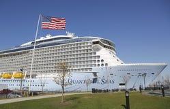 O quantum das caraíbas real o mais novo do navio de cruzeiros dos mares entrou no cabo Liberty Cruise Port antes da viagem inaugu Fotografia de Stock Royalty Free