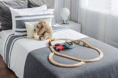 O quarto da criança com as bonecas na cama no estilo preto e branco imagens de stock