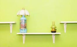 o quarto verde e a cortina cor-de-rosa têm lâmpadas e cama com mattresse Imagens de Stock Royalty Free