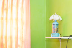 o quarto verde e a cortina cor-de-rosa têm lâmpadas e cama com mattresse Foto de Stock