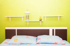 o quarto verde e a cortina cor-de-rosa têm lâmpadas e cama com mattresse Fotografia de Stock Royalty Free