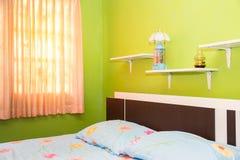 o quarto verde e a cortina cor-de-rosa têm lâmpadas e cama com mattresse Fotos de Stock