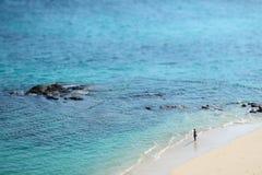 O que é ele que pensa sobre o mar na frente dele fotografia de stock
