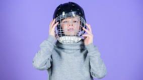 O que é necessário para o jogo Capacete do basebol Sucesso Atividade e energia da inf?ncia Exerc?cio do Gym do menino adolescente imagem de stock