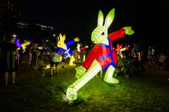 O ` que lunar da lanterna o ` do coelho é símbolo do zodíaco do coelho será iluminado do crepúsculo no cais circular pelo artista fotos de stock