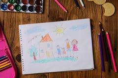 O que pode uma imagem das crianças dizer Foto de uma imagem em um tema - minha família feliz das crianças, pintada com colorido fotografia de stock