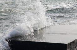 O quebra-mar divide as ondas do mar Imagens de Stock Royalty Free