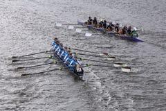 O Queens de Headington (deixado) RMY (direito) compete na cabeça da juventude Eights de Charles Regatta Women Fotos de Stock