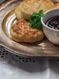 O queijo caseiro endurece do requeijão com doce de cereja Imagens de Stock