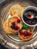 O queijo caseiro endurece do requeijão com doce de cereja Imagem de Stock