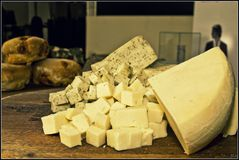 O queijo cortou em uma placa fotografia de stock royalty free