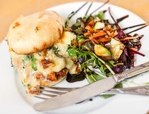 O queijo e a galinha brindaram a refeição de Ciabatta Fotos de Stock Royalty Free