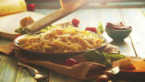 O queijo está sendo raspado na placa da massa italiana fresco-cozinhada vídeos de arquivo