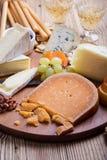 O queijo, o fruto e o vinho de Roemer no queijo de madeira embarcam Foto de Stock Royalty Free