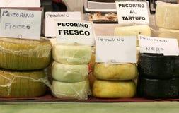 O queijo italiano gosta do FRESCO de PECORINO que significa o queijo feito com fotos de stock royalty free