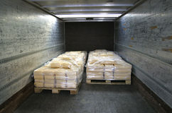 O queijo manufaturado em páletes suporta dentro do caminhão Foto de Stock