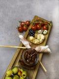 O queijo, prosciutto envolveu tomates secados e frescos das varas de pão, dos ovos, das porcas, azeitonas verdes, cereais, cookie imagens de stock royalty free
