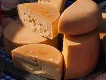 O queijo roda na exposição no mercado dos fazendeiros Imagens de Stock