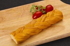O queijo tradicional caucasiano da trança serviu tomates foto de stock