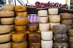 O queijo tradicional de Sardinia expôs para a venda Imagem de Stock