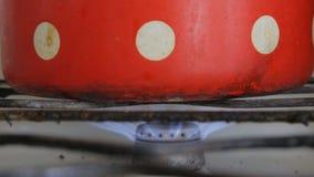 O queimador de gás queima-se em um fogão de gás sujo velho filme