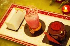 O queque bonito doce da sobremesa coloca na placa da porcelana imagem de stock royalty free