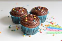 O queque caseiro do chocolate com polvilha Fotografia de Stock Royalty Free