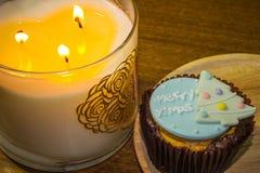 O queque cobriu com as decorações do Natal e luzes bonitas da vela durante o festival do Natal Fotos de Stock Royalty Free