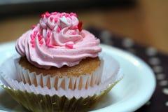 O queque com crosta de gelo cor-de-rosa e polvilha Foto de Stock Royalty Free
