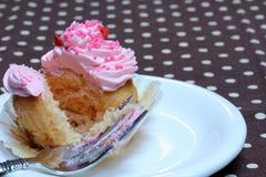 O queque com crosta de gelo cor-de-rosa e polvilha Fotografia de Stock Royalty Free